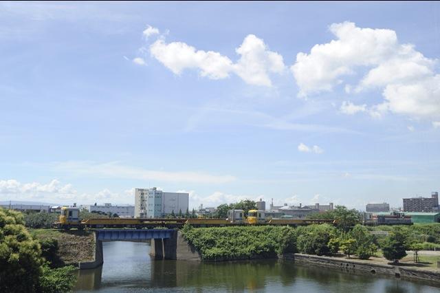 100717 名古屋港駅付近を走るレール輸送列車