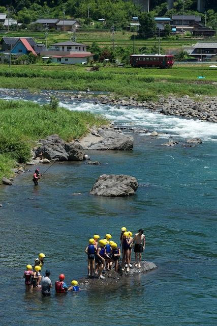 100719 川泳ぎの子達と越美南線