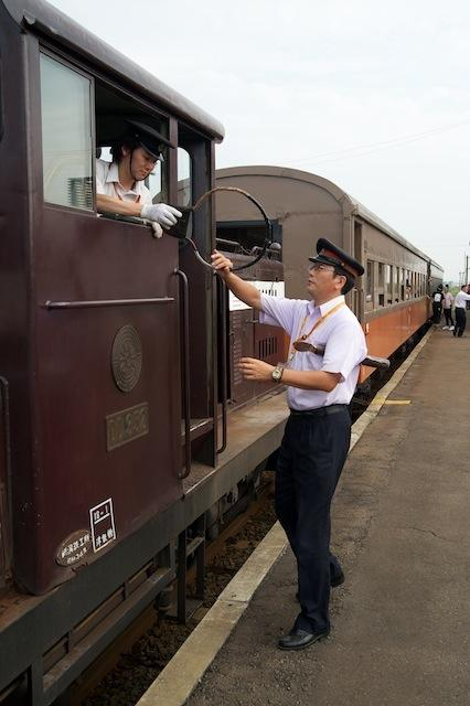 100804 金木駅での客車列車通票交換