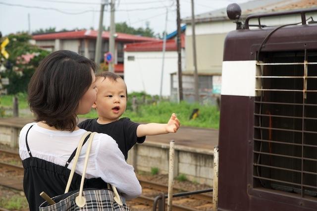 100804 津鉄の客車列車を見て喜ぶ子