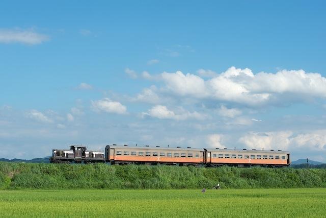 100806 金木駅手前で自転車と併走する客車列車