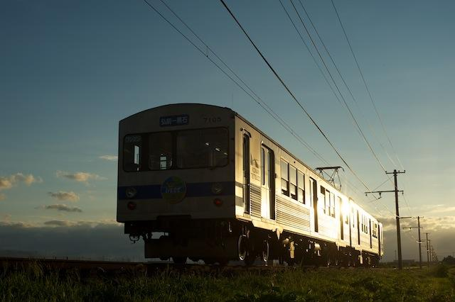 100807 車体を輝かせて去る弘南線電車