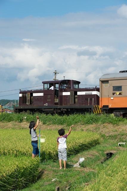 100828 混合列車を見送る子供たち