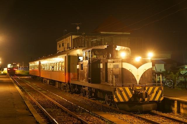 100828 金木駅停車中の下り客車列車