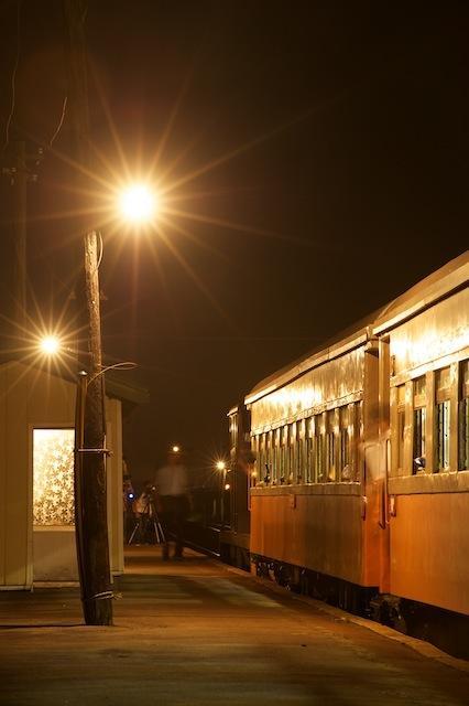 100828 出発間際の上りの夜汽車
