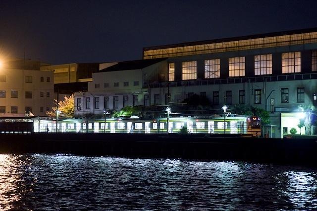 100903 電車停車中の海芝浦駅を海側より