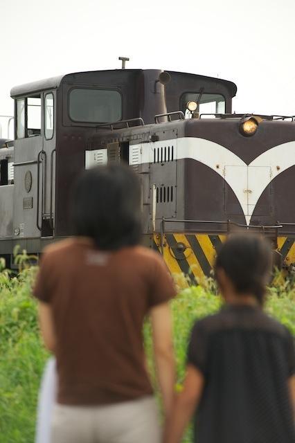 100918 五所川原で機関車を眺める親子