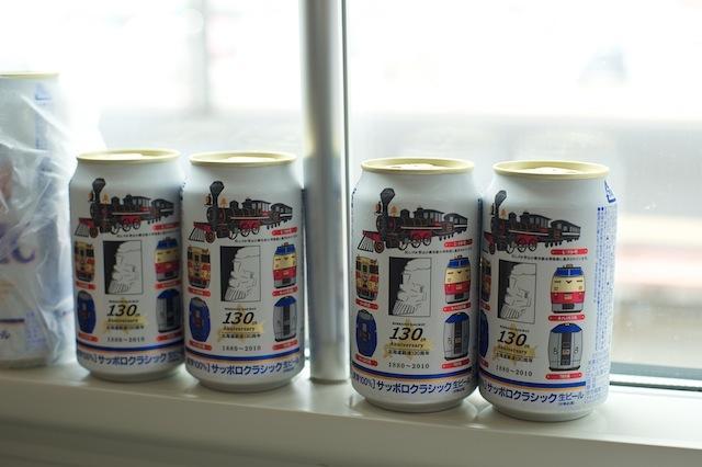 100920 窓に並ぶサッポロクラシック北海道鉄道130年記念缶