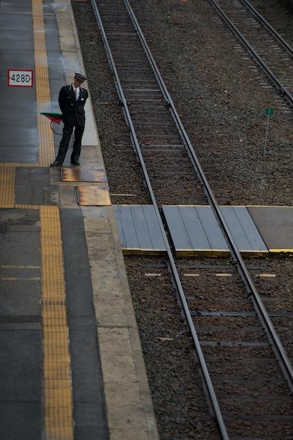 101030 会津坂下でSLを待つ駅員