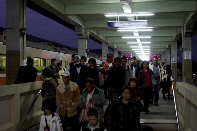 101122 下車客で溢れる台東駅