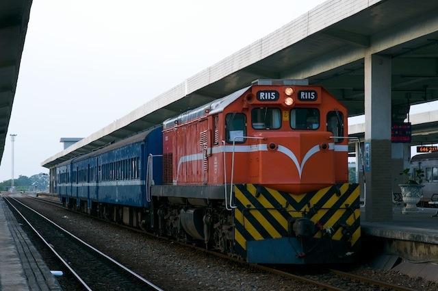 101123  台東駅で発車を待つ200次普快車列車