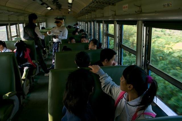 101123 海端駅から乗車した生徒たち