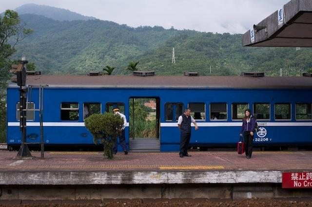 101123 玉里駅で停車中の荷物車代用客車