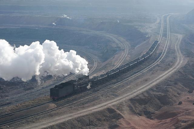 091227 露天礦から昇るズリ捨て列車
