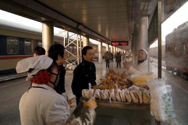 091230 蘭州駅ホームの鶏肉売り