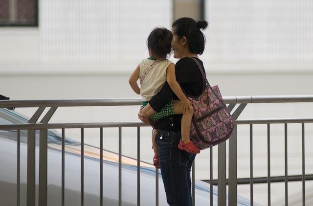 070716 名古屋駅で500系新幹線を見る親子