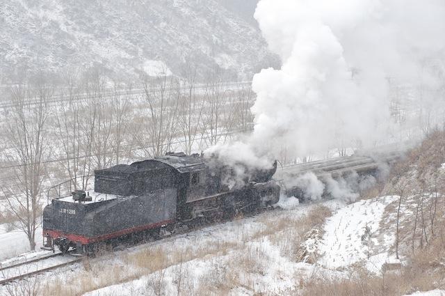 100101 鋼管を載せて走る南票の貨物列車