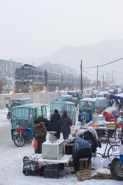 100101 黄甲駅を発車する凌河行き客車列車