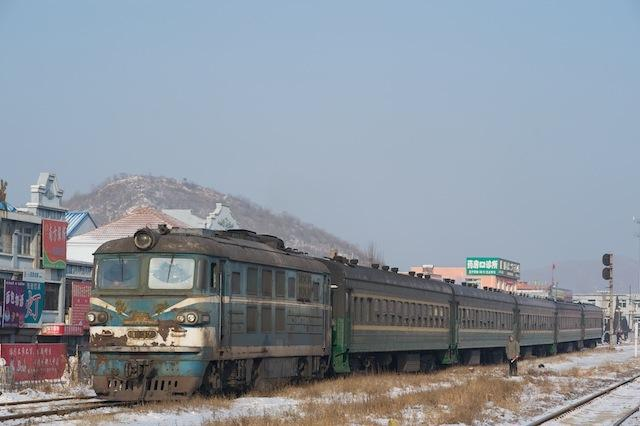 100102 黄甲駅に入る三家子からの客車列車