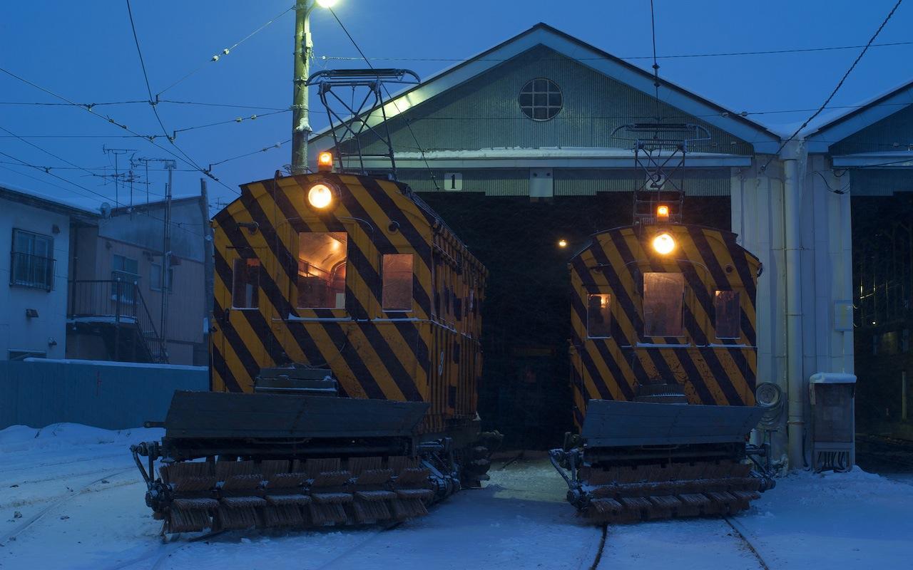 100206 小雪舞う駒場車庫に並ぶササラ電車