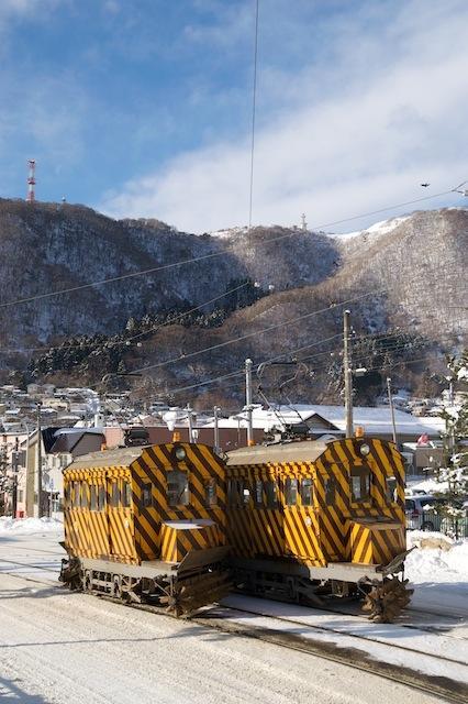 100207 谷地頭の坂に並ぶササラ電車