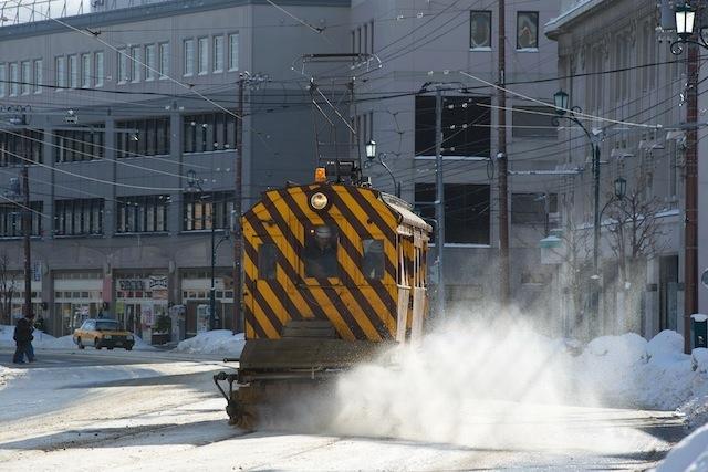 100207 十字街で雪をかく排雪3号