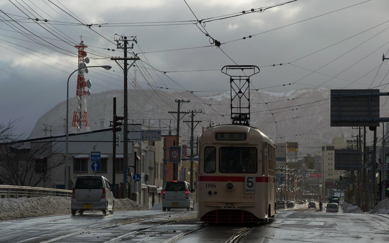 100207 午後の昭和橋を渡る函館市電1006