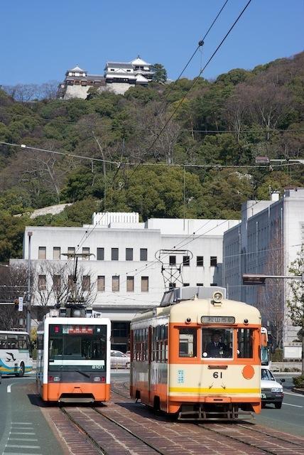 100213 松山城を背に離合する61と2101