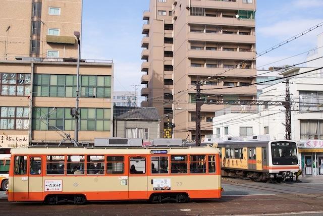 100213 高浜線電車の通過を待つ市内線77号車