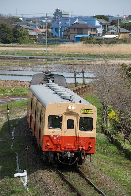100322 木更津駅近くを走る旧国鉄標準色のキハ30