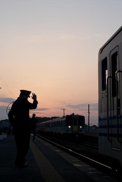 100322 横田駅18時前の列車交換