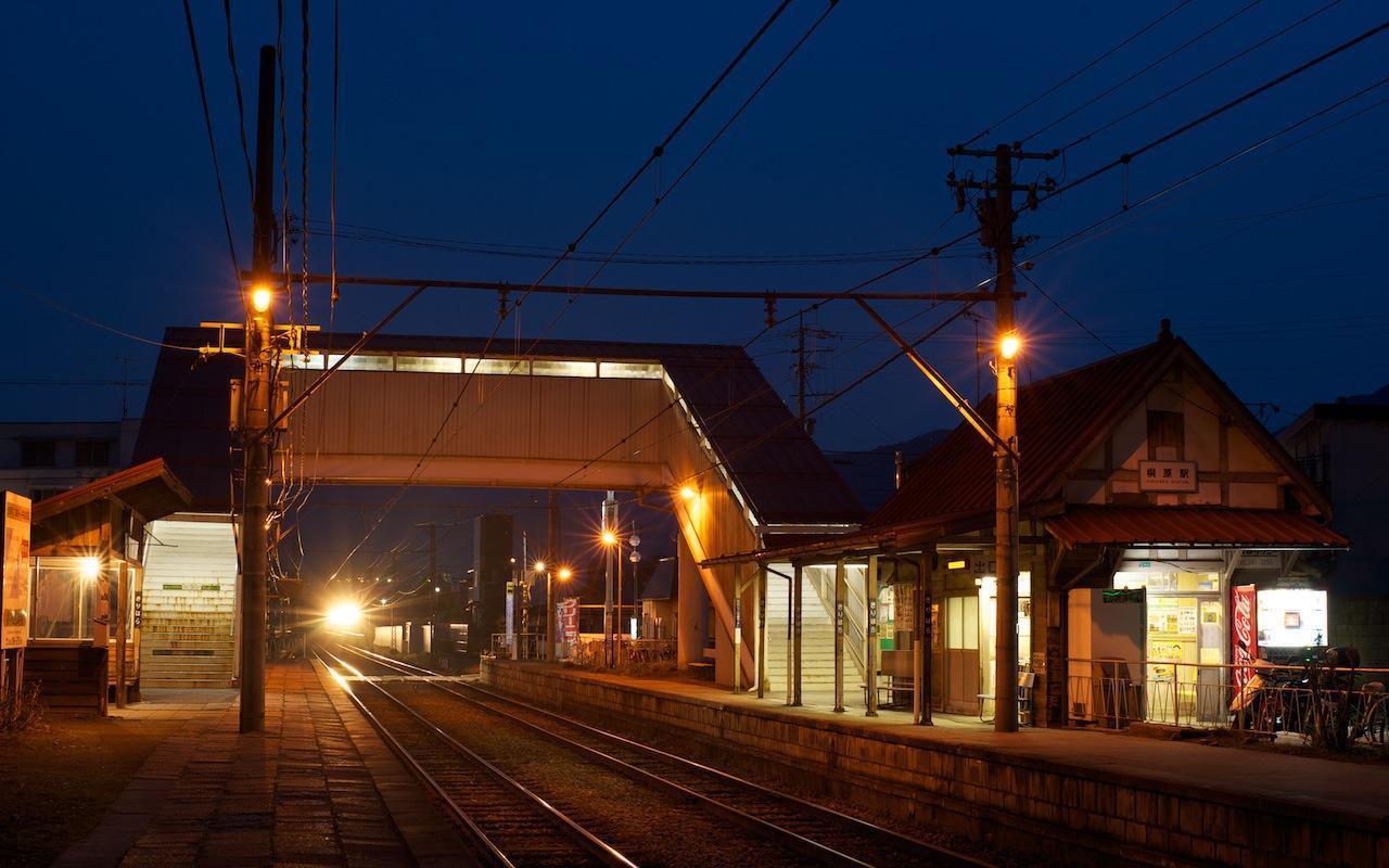 100418 夜の下りB特急が通過する桐原駅
