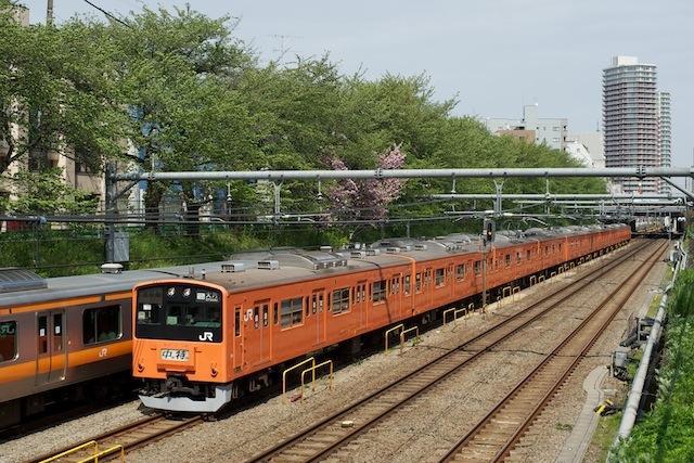 100429 東中野を走る大月行き201系