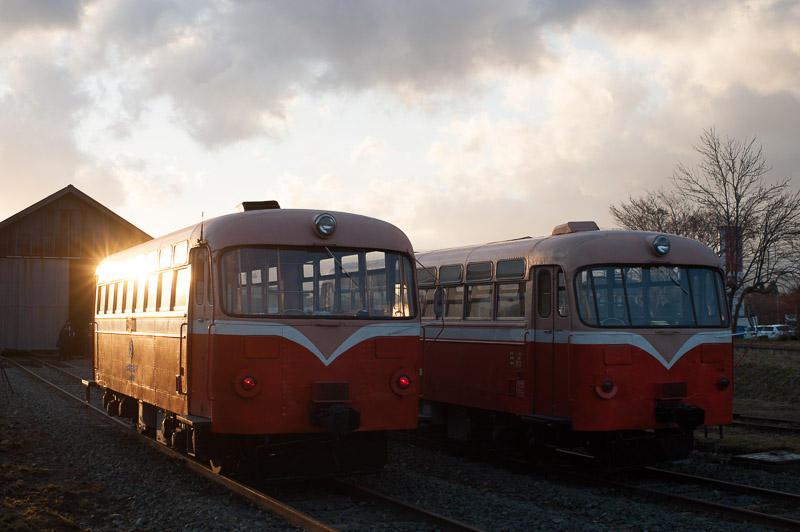 101204 夕景に並ぶ南部縦貫鉄道レールバス