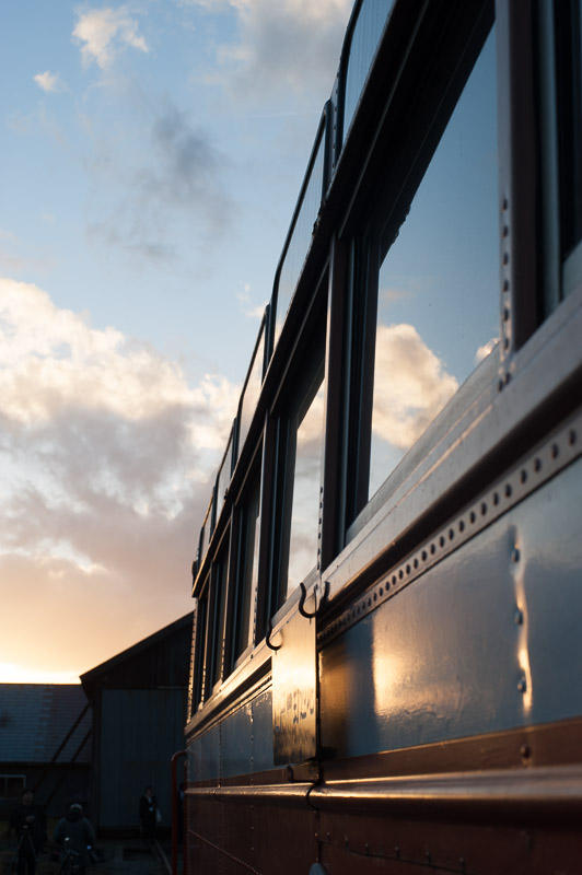 101204 レールバスの窓に映る夕空