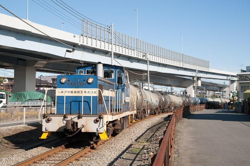 101225 R409からのカーブを走る貨物列車
