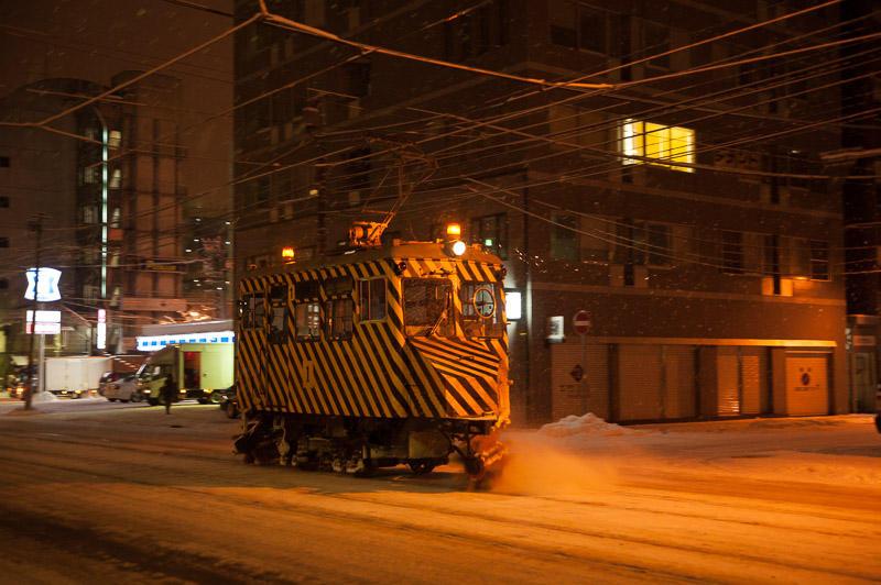 101230 資生館小学校前〜東本願寺前を走るささら電車