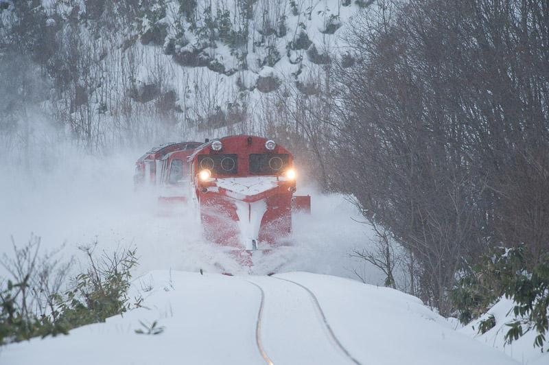 110101 智北駅近くで雪を飛ばすラッセル車