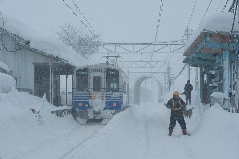 110130 雪降り積もる轟駅