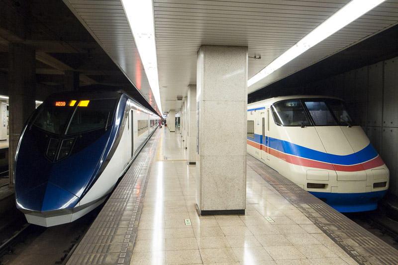 110211 京成上野駅で並ぶ新旧スカイライナー