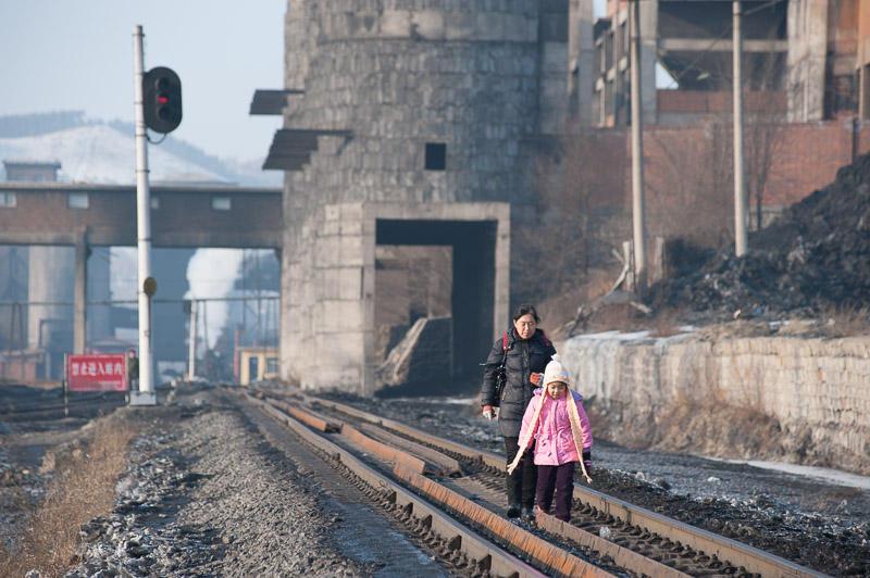 110213 北場站構内を歩く母娘