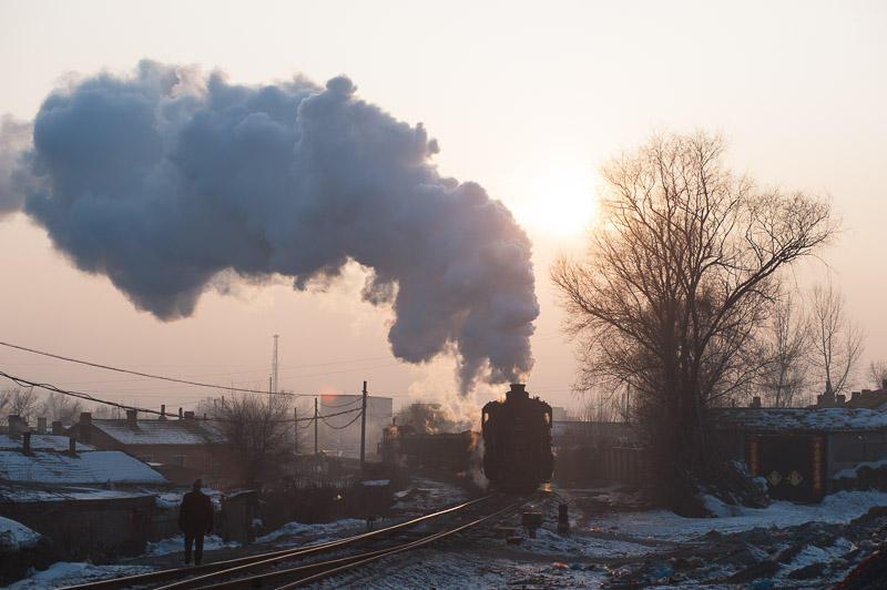 110213 夕日を背に南場駅に入る入れ換え列車