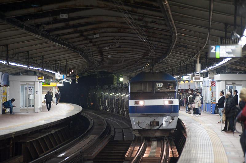 110321 関内駅を通過する石油輸送列車