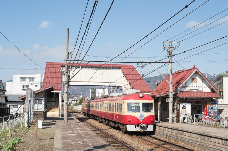 110417 桐原駅に入る2000系