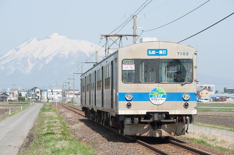 110506 岩木山を背に館田付近を走る弘南電車
