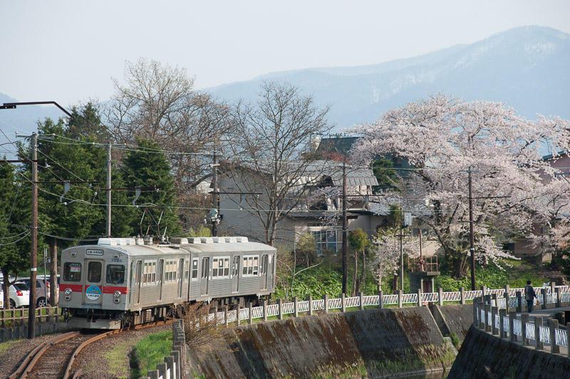 110506 中央弘前付近を走る弘南電車