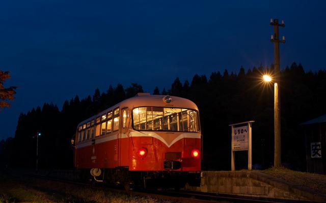 111105 ライトアップされるレールバス