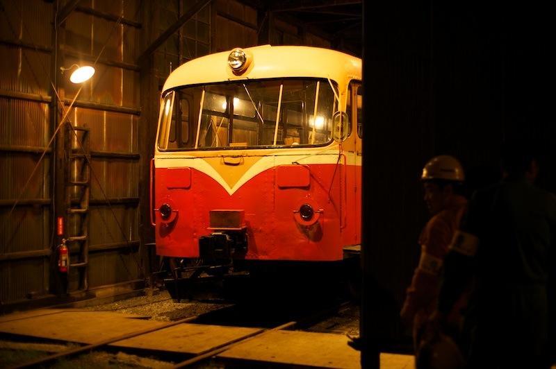 111105 車庫に入ったレールバス