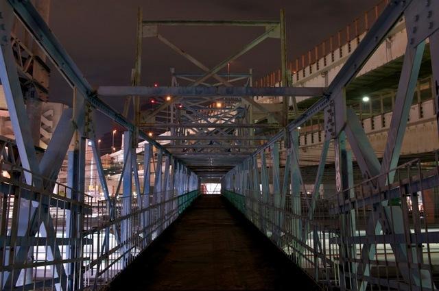 111126 東口側から見た跨線橋通路
