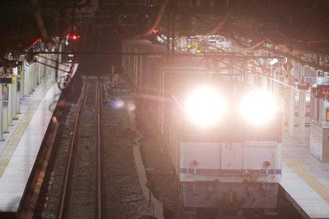 111127 横浜駅を通過する宮城野行き貨物列車